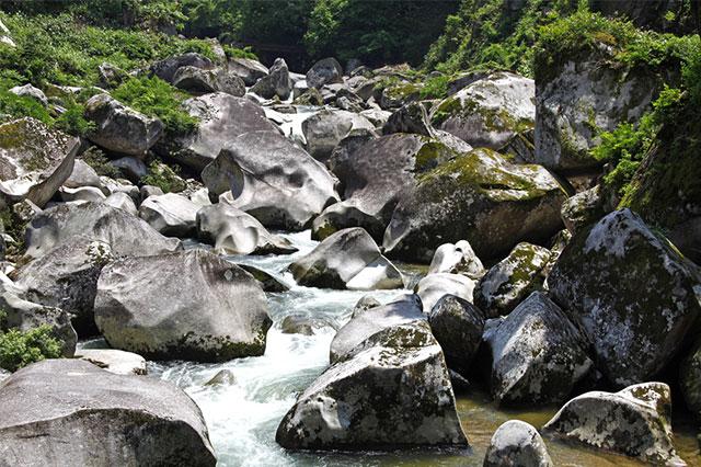 鬼の舌震/奥出雲町】奇岩と渓谷が奏でる大自然のアート!|出雲テラス