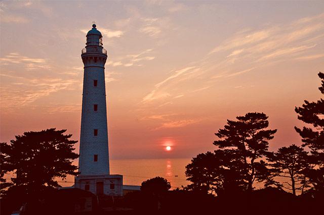 夕日と出雲日御碕灯台