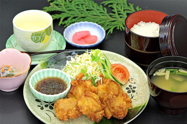 """""""大地のハーブ鶏""""の「唐揚げ定食」"""