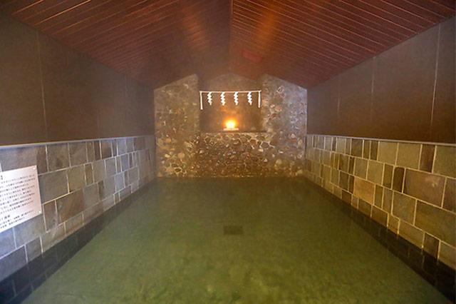 岩づくりの神秘的な内風呂
