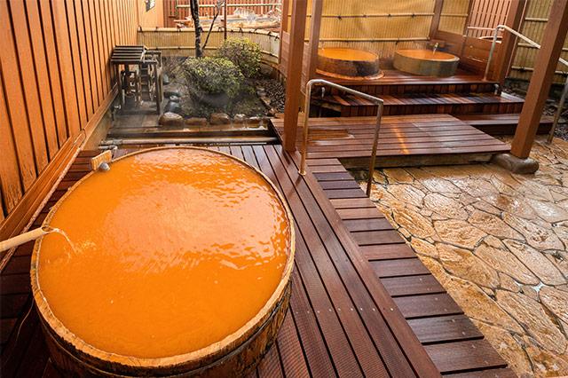 バラエティ豊かな16種類もの湯船